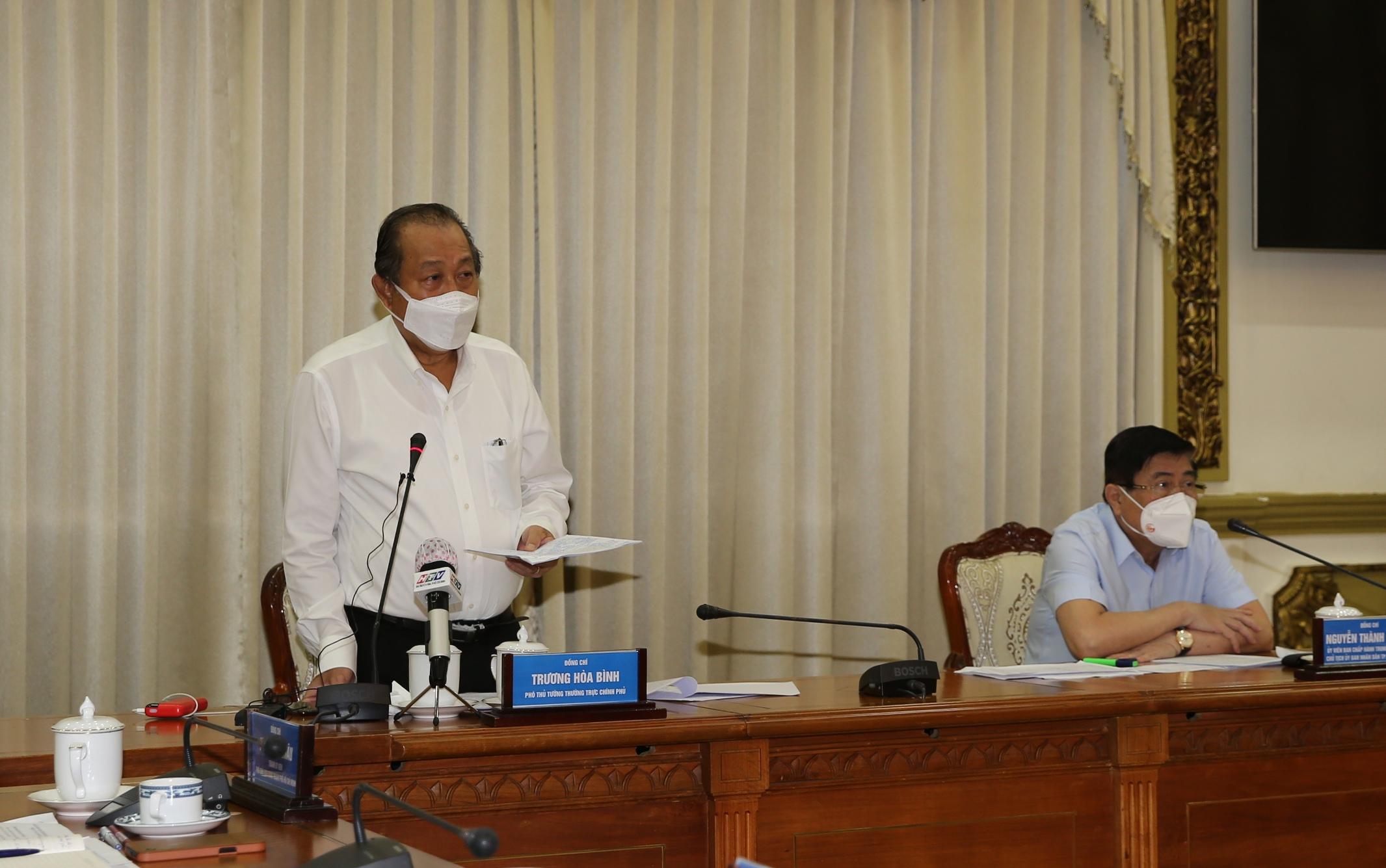 Phó thủ tướng Thường trực Chính phủ Trương Hòa Bình phát biểu chỉ đạo tại buổi họp trực tuyến của Ban Chỉ đạo phòng chống dịch COVID-19 TPHCM. Ảnh: VGP/Mạnh Hùng