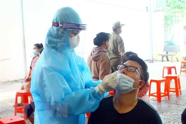 Cán bộ y tế lấy mẫu xét nghiệm SARS-CoV-2. Ảnh: Tá Chuyên/TTXVN