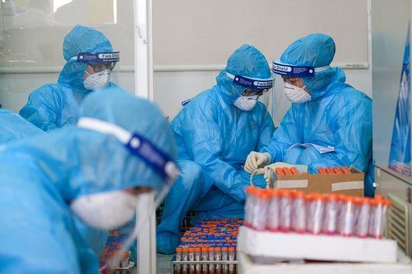 Xét nghiệm sàng lọc virus SARS-CoV-2. Ảnh: BYT.