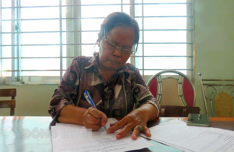 Cô Nguyễn Thị Cẩm Lệ (Hai Lệ) trong giờ làm việc.