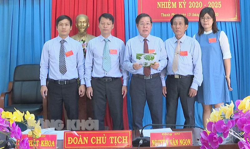 Chi ủy Chi bộ Văn phòng Huyện ủy Thạnh Phú ra mắt tại Đại hội đảng viên nhiệm kỳ 2020 - 2025. Ảnh: Văn Minh