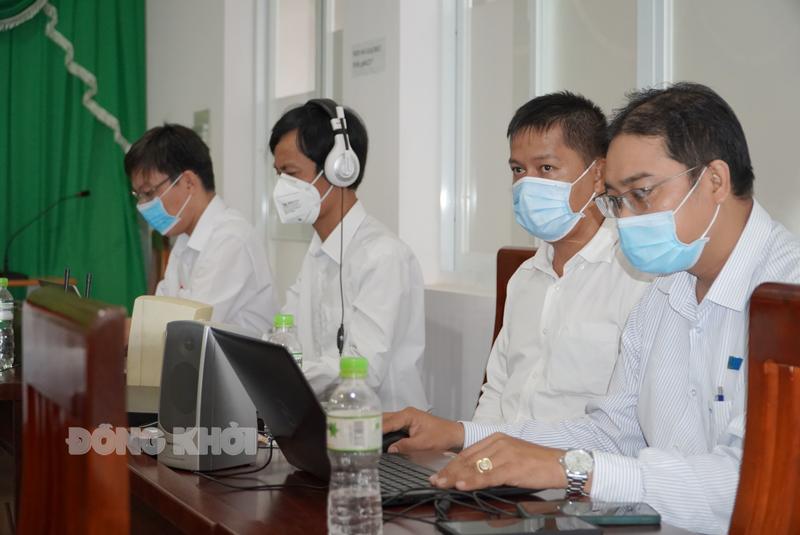 Cán bộ, nhân viên của Sở GD&ĐT tham gia phục vụ công tác thi.