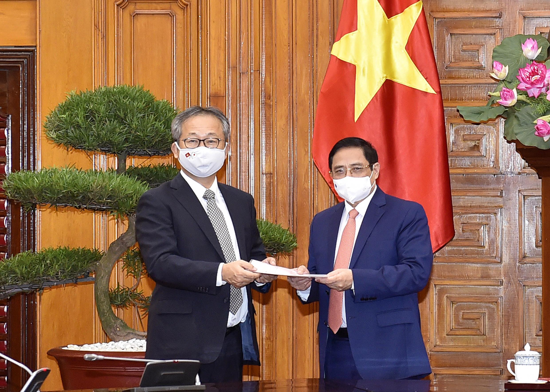 Đại sứ Nhật Bản chuyển thông điệp của Thủ tướng Nhật Bản Suga Yoshihide gửi Thủ tướng Chính phủ Phạm Minh Chính về việc Chính phủ Nhật Bản quyết định hỗ trợ Việt Nam 1 triệu liều vaccine để phòng chống COVID-19. - Ảnh: VGP/Nhật Bắc