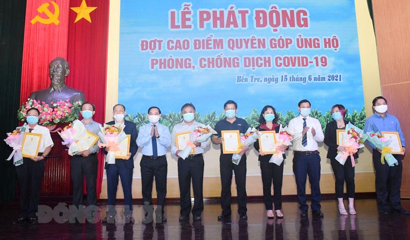 Chủ tịch UBND tỉnh Trần Ngọc Tam (thứ 4, từ trái sang) trao thư cảm ơn và hoa cho các nhà tài trợ. Ảnh: Hữu Hiệp