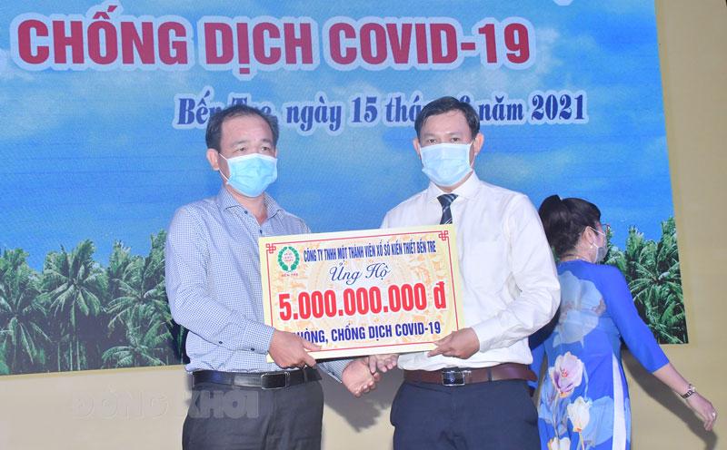 Quyền Chủ tịch Ủy ban MTTQ Việt Nam tỉnh Nguyễn Phúc Linh nhận bản tượng trưng tài trợ.