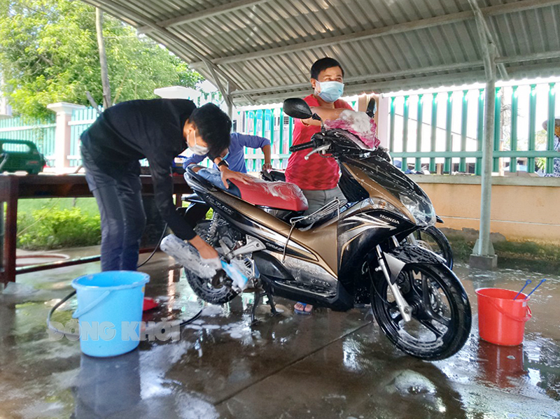 Đoàn viên, thanh niên xã Tân Thiềng, huyện Chợ Lách rửa xe gây quỹ phòng chống dịch. Ảnh: Xã Đoàn Tân Thiềng.