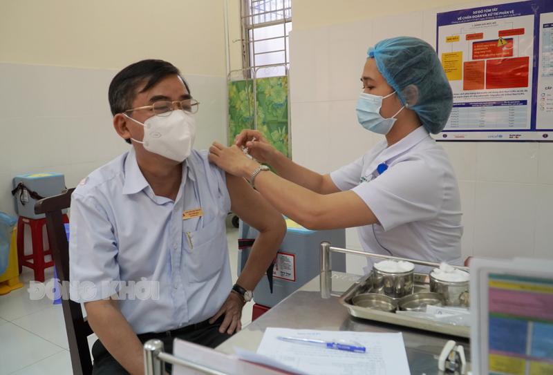 Đối tượng ngoài ngành y tiêm mũi 1 tại Bệnh viện Nguyễn Đình Chiểu.