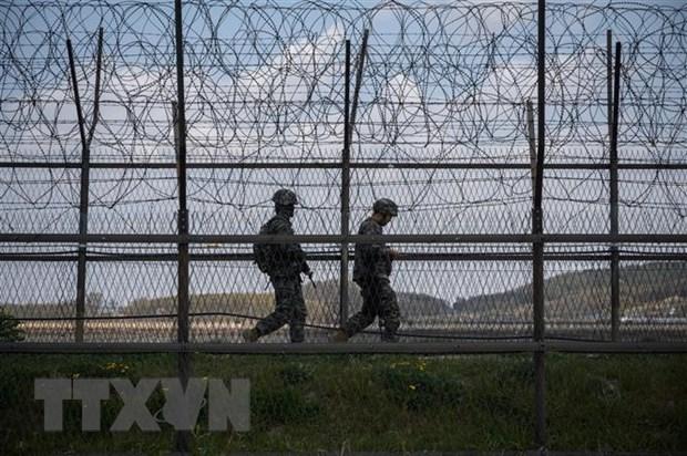 Binh sỹ Hàn Quốc tuần tra tại khu phi quân sự chia cắt hai miền Triều Tiên trên đảo Ganghwa. (Ảnh: AFP/TTXVN)