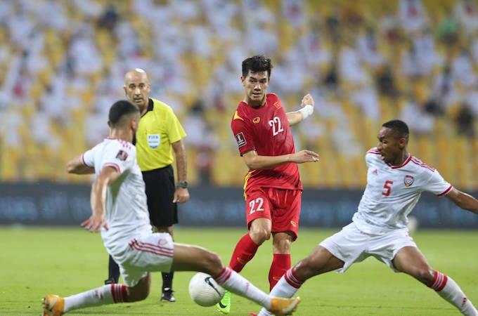 Tiến Linh trước sự truy cản của 2 cầu thủ UAE - Ảnh: Minh Anh