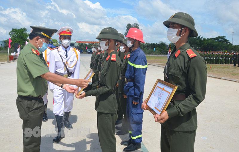 Đại tá Phạm Văn Ngót - Phó giám đốc Công an tỉnh trao giấy khen cho các chiến sĩ.