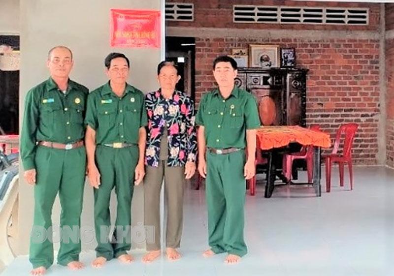 Trao nhà Nghĩa tình đồng đội cho hội viên cựu chiến binh ở ấp Thạnh Thới B. Ảnh: CTV