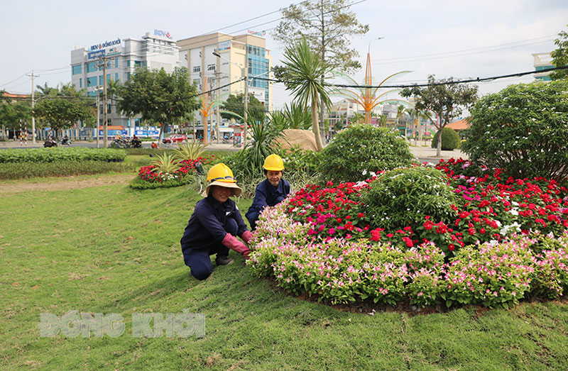 Trồng hoa, cây kiểng làm đẹp không gian công cộng tại Công viên Bến Tre, phường An Hội.