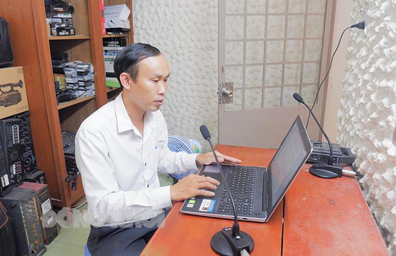 Phóng viên Minh Mừng Đài tuyền thanh Thạnh Phú đang xử lý tin, bài.