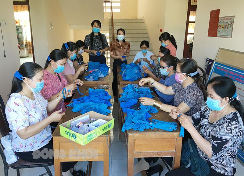 Cán bộ hội phụ nữ huyện, xã, thị trấn khẩn trương hoàn thành sản phẩm hỗ trợ cho TP. Hồ Chí Minh.