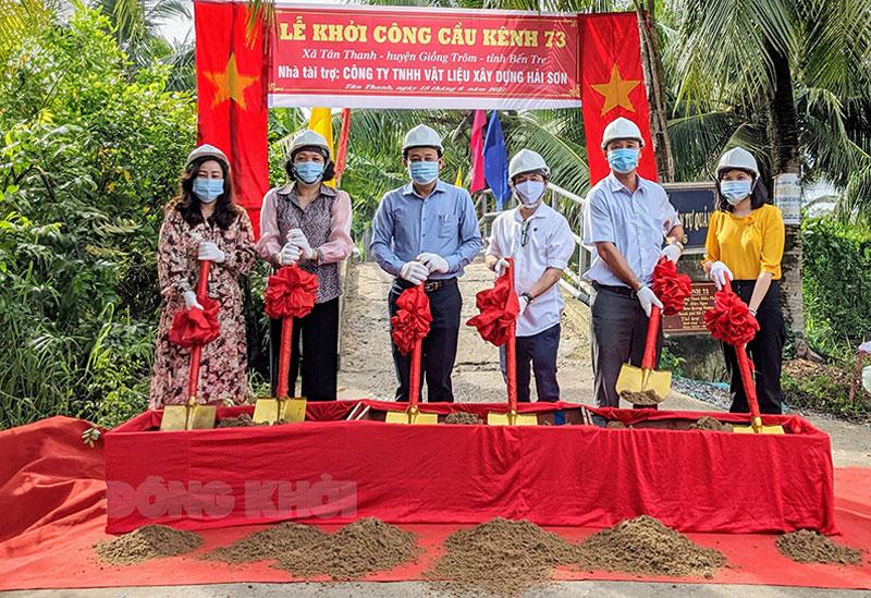 Đại biểu cùng nhà tài trợ thực hiện nghi thức động thổ khởi công xây dựng cầu Kênh 73. Ảnh: Kim Phụng