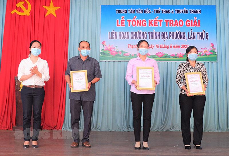 Trao thưởng cho các Đài đạt thành tích cao. Ảnh: Văn Minh