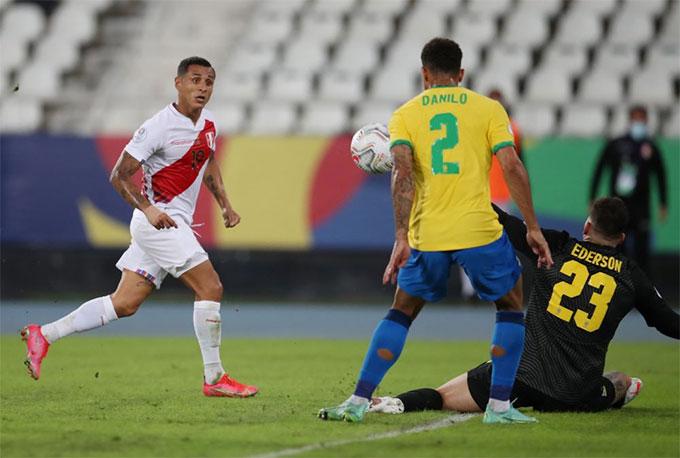 Danilo cứu Brazil thoát khỏi bàn thua trong hiệp 1