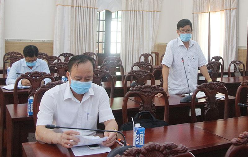 Đại diện lãnh đạo UBND huyện Thạnh Phú phát biểu.