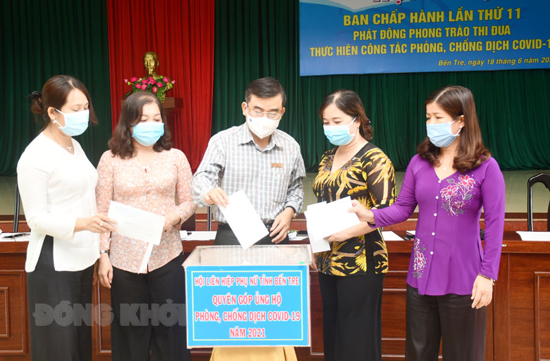 Đại biểu dự hội nghị tham gia quyên góp quỹ vắc xin phòng chống dịch Covid-19.