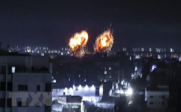 Khói lửa bốc lên sau một vụ ném bom của Israel xuống thành phố Gaza ngày 16-6. (Ảnh: AFP/TTXVN)