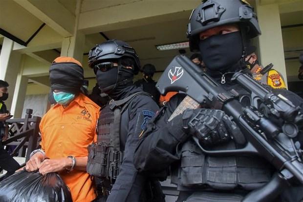 Cảnh sát áp giải các nghi can khủng bố tại Makassar, Indonesia, ngày 4-2-2021. (Ảnh: AFP/TTXVN)