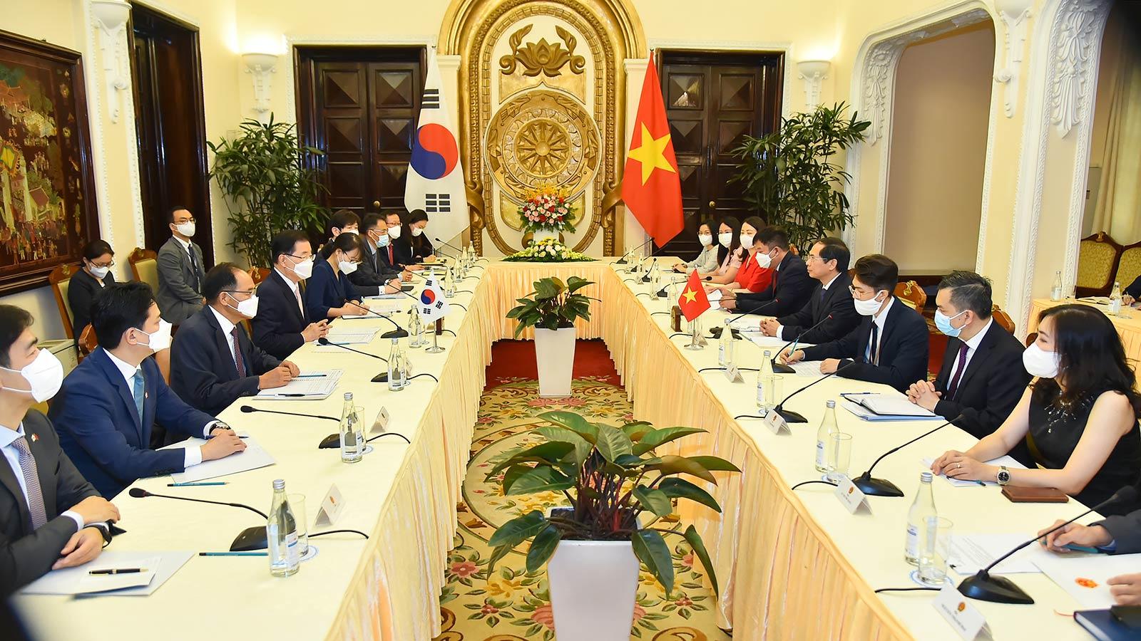 Bộ trưởng Ngoại giao Bùi Thanh Sơn hội đàm với Bộ trưởng Ngoại giao Hàn Quốc Chung Eui Yong.