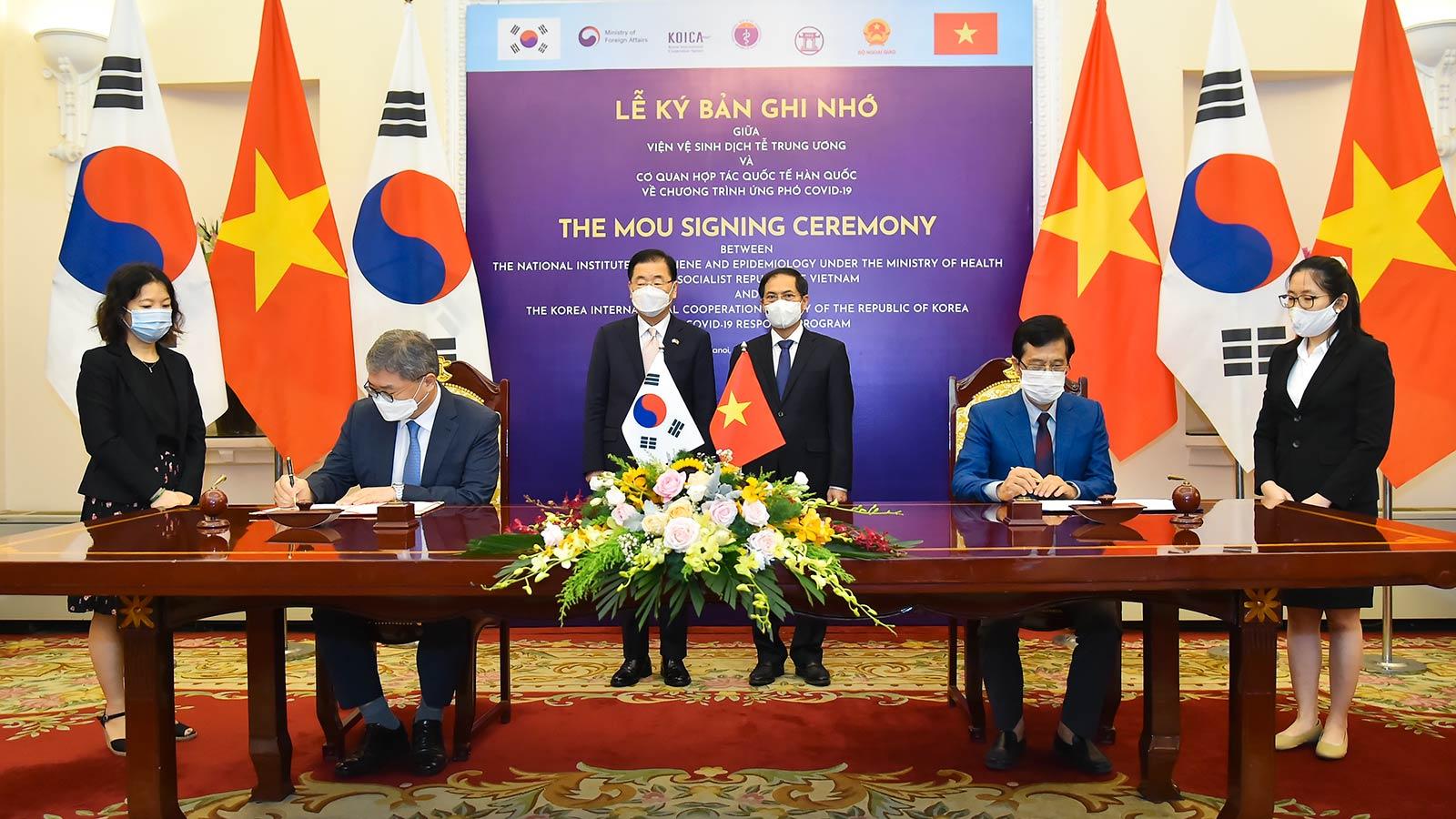 Hai Bộ trưởng Ngoại giao chứng kiến lễ ký Bản ghi nhớ về Chương trình ứng phó COVID-19 giữa Viện vệ sinh dịch tễ Trung ương và Cơ quan hợp tác quốc tế Hàn Quốc.