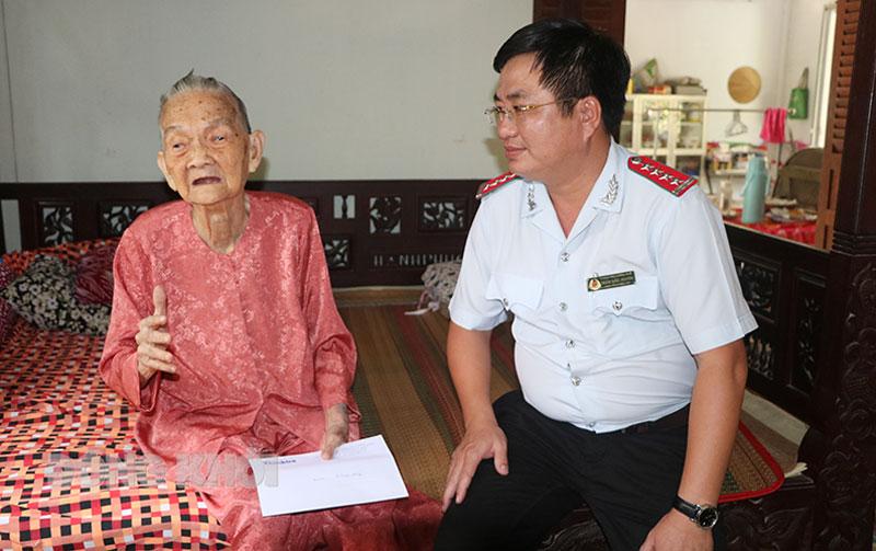 Đại diện Văn phòng Tạp chí Thanh tra tại TP. Hồ Chí Minh thăm Mẹ Việt Nam anh hùng tại xã Phước Hiệp, huyện Mỏ Cày Nam năm 2020.