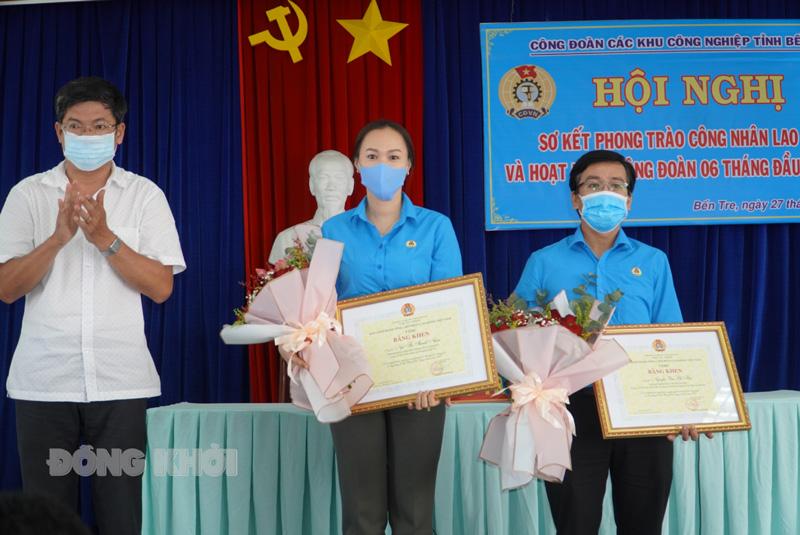 Tập thể, cá nhân nhận Bằng khen của Tổng Liên đoàn Lao động Việt Nam.