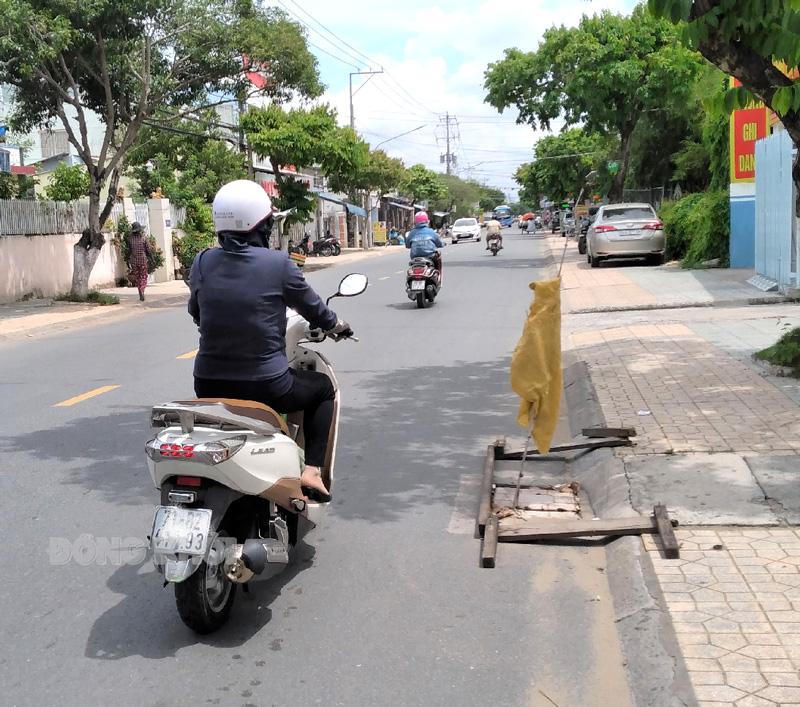 Miệng cống trên đường Đoàng Hoàng Minh. (Ảnh chụp khoảng 15 giờ ngày 25-6-2021).
