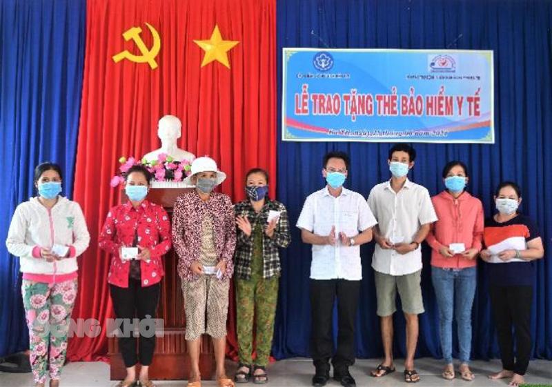 Giám đốc Bảo hiểm Xã hội tỉnh Dương Văn Thắng trao tặng thẻ bảo hiểm y tế cho người dân.