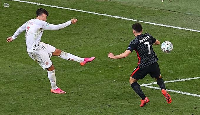 Morata tỏa sáng với bàn thắng ở phút 100