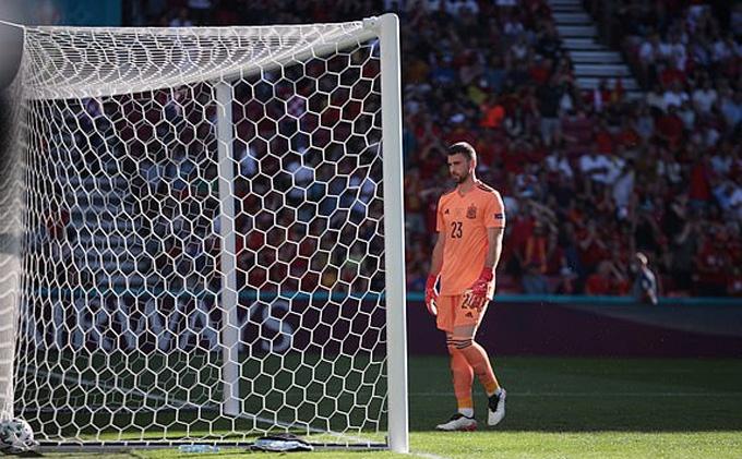 Simon thất thần nhìn bóng nằm gọn trong lưới