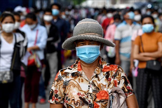 Người dân xếp hàng chờ được tiêm vaccine ngừa COVID-19 tại Phnom Penh, Campuchia. Ảnh: AFP/TTXVN