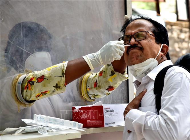Nhân viên y tế lấy mẫu xét nghiệm COVID-19 cho người dân tại Hyderabad, Ấn Độ. Ảnh: THX/TTXVN