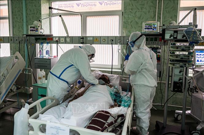 Điều trị cho bệnh nhân nhiễm COVID-19 tại bệnh viện ở Moskva, Nga. Ảnh: AFP/TTXVN