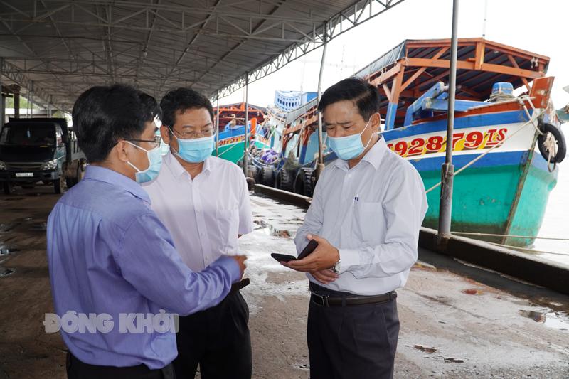 Phó giám đốc Sở NN&PTNT Nguyễn Văn Buội kiểm tra tại Cảng cá Ba Tri.