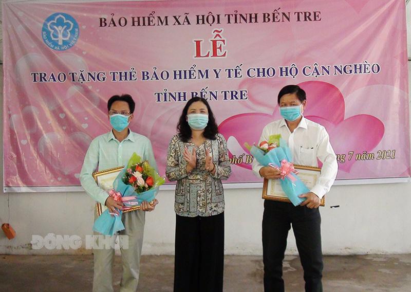 Phó bí thư Thường trực Tỉnh ủy Hồ Thị Hoàng Yến tặng hoa cảm ơn đơn vị tài trợ.