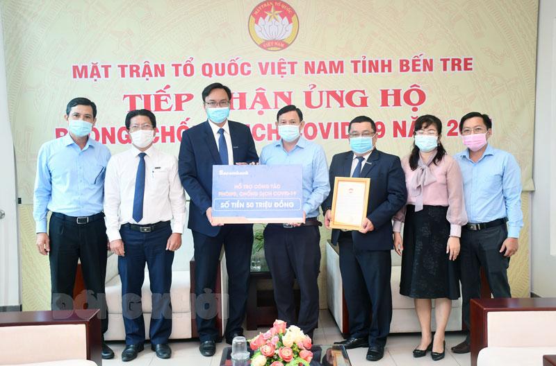 Lãnh đạo Sacombank trao tặng 50 triệu đồng.