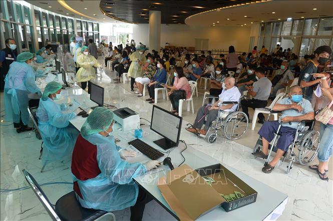 Người dân xếp hàng chờ tiêm vaccine phòng COVID-19 tại Bangkok, Thái Lan, ngày 26-6-2021. Ảnh: THX/TTXVN