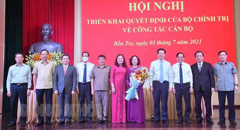 Các đại biểu chụp ảnh lưu niệm tại buổi trao quyết định.