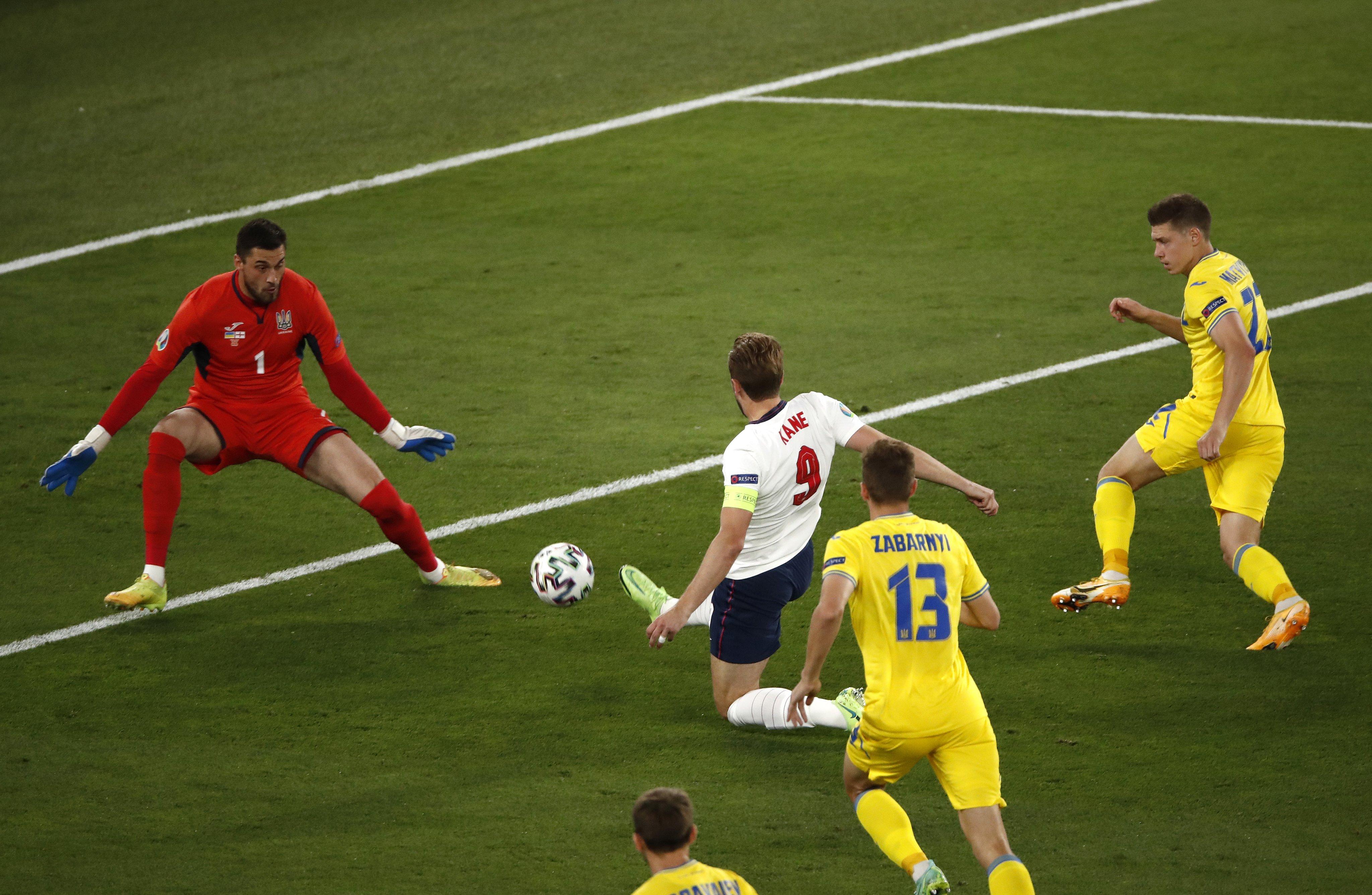 Kane ghi bàn vào lưới Ukraine