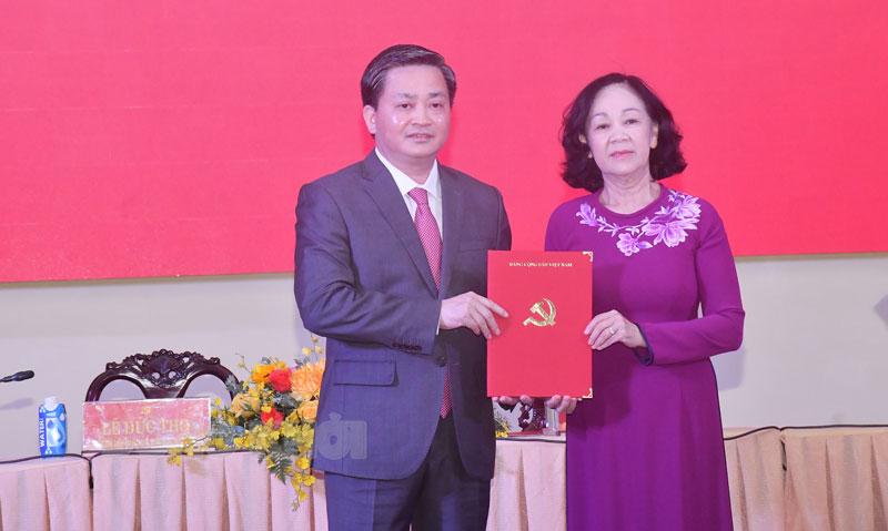 Đồng chí Trương Thị Mai Trao quyết định cho tân Bí thư Tỉnh ủy Bến Tre Lê Đức Thọ.
