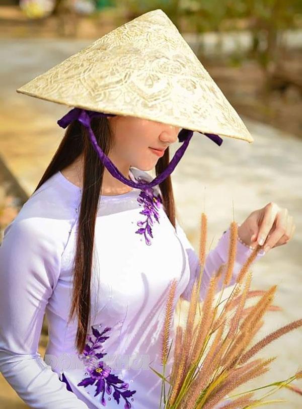 Học sinh đội nón Bến Tre từ nguyên liệu giấy dừa. Ảnh: CTV