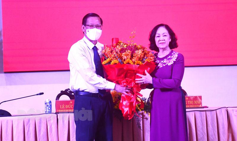 Trưởng ban Tổ chức Trung ương Trương Thị Mai trao hoa chúc mừng đồng chí Phan Văn Mãi. Ảnh: H. Hiệp
