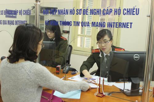 Cán bộ phòng Quản lý xuất nhập cảnh, công an TP Hà Nội hướng dẫn người dân làm thủ tục. Ảnh minh họa: Thu Trang/Báo Tin tức
