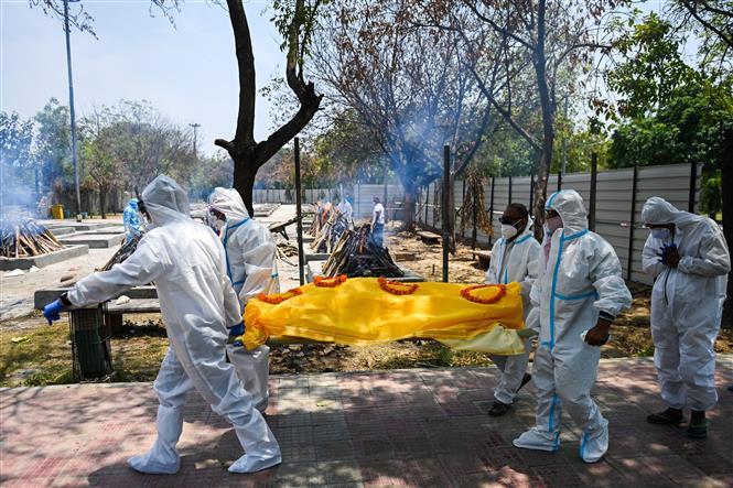 Hỏa táng bệnh nhân tử vong do COVID-19 tại New Delhi, Ấn Độ. Ảnh: AFP/TTXVN