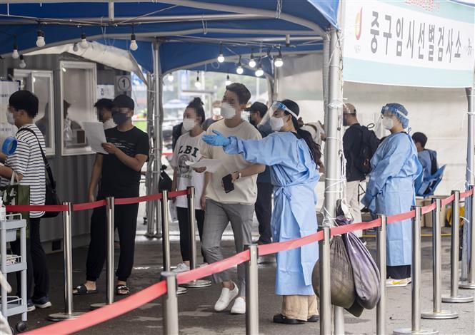Một điểm xét nghiệm COVID-19 tại Seoul, Hàn Quốc. Ảnh: YONHAP/TTXVN