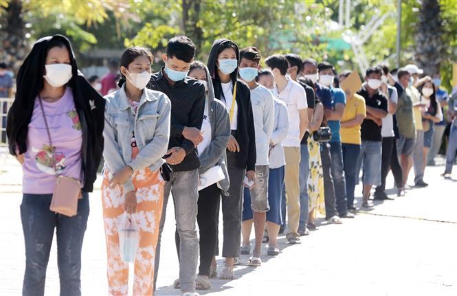 Người dân xếp hàng chờ được tiêm vaccine ngừa COVID-19 tại Phnom Penh, Campuchia ngày 2-7-2021. Ảnh: THX/TTXVN