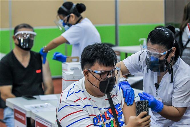 Nhân viên y tế tiêm vaccine phòng COVID-19 cho người dân tại Manila, Philippines, ngày 12-5-2021. Ảnh: THX/ TTXVN